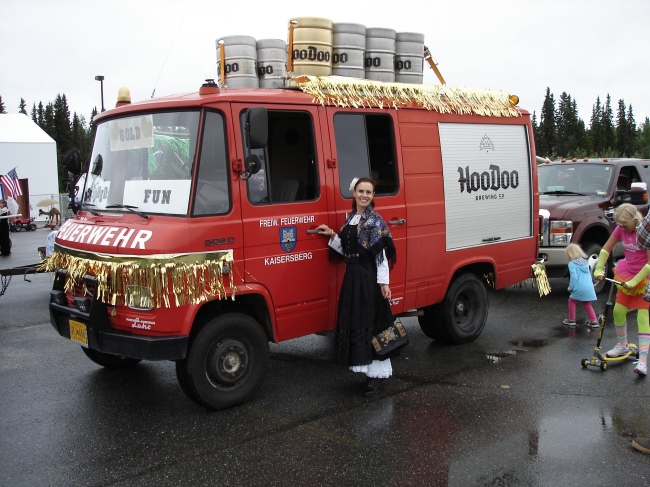 Feuerwehrauto of a local brewery and woman in Golden Day attire