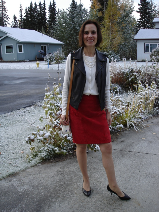 slowfashion mature outfit with suede skirt