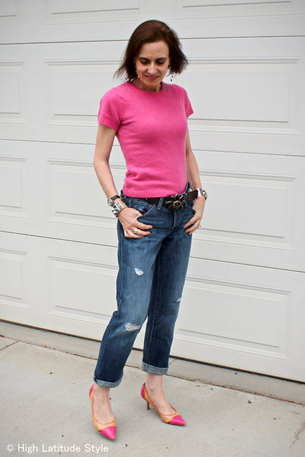 #fashionover40 mature woman in ripped BF jeans with pointy toe pumps