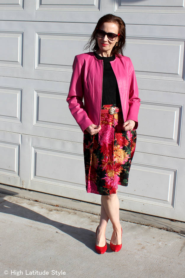 fashion over 40 woman wearing a spring outfit