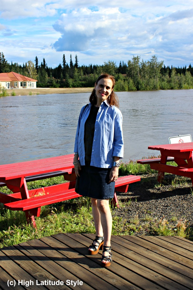 #fashionover40 mature woman in summer look in front of the Chena river