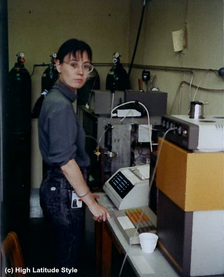 #workoutfit woman working in a casual look at a gas chromatograph