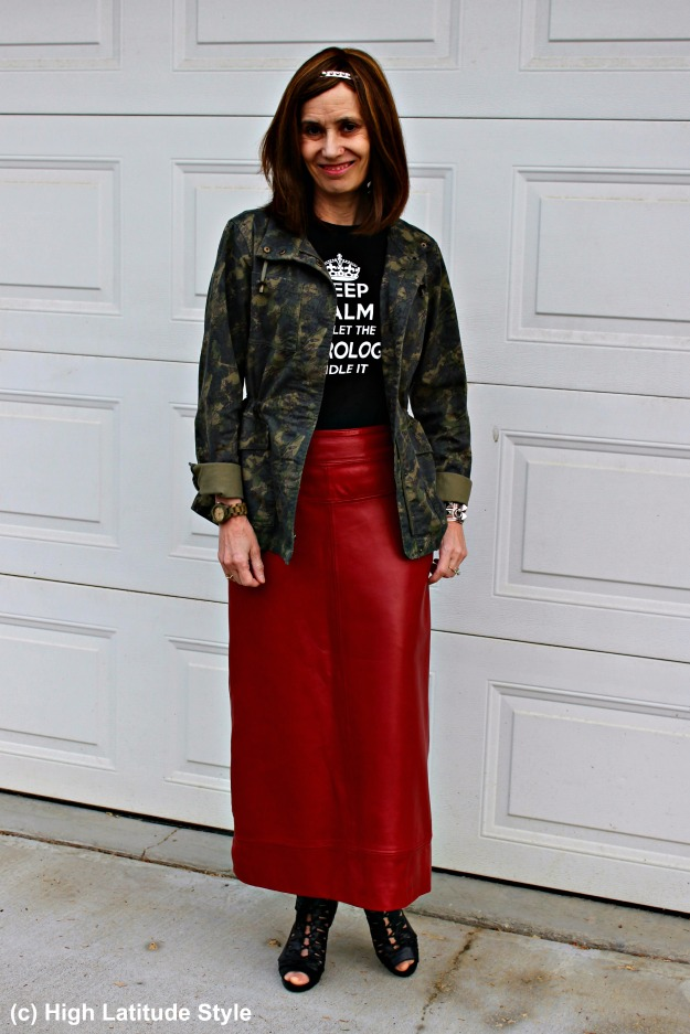 #maturestyle woman in casual look with leather skirt