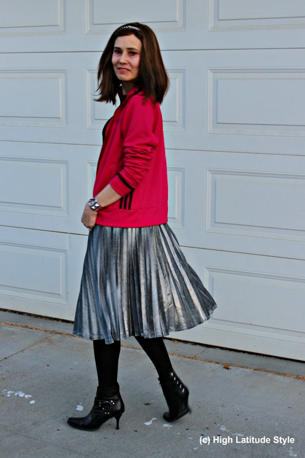 #streetstyleover40 woman in silver pleated skirt and fuchsia jacket