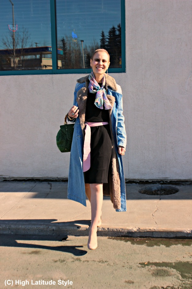 fashionover40 woman in spring outfit with Uno Alla Volta swirl scarf